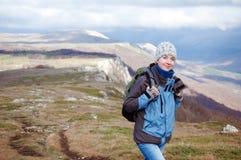 Jonge vrouw wandeling Stock Afbeeldingen