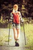 Jonge vrouw wandeling stock afbeelding