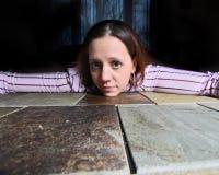 Jonge Vrouw, wapens outstreched, op tafelblad. royalty-vrije stock fotografie