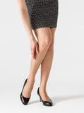 Jonge vrouw wat betreft haar been Royalty-vrije Stock Afbeelding