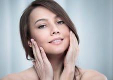 Jonge vrouw wat betreft haar gezicht Royalty-vrije Stock Foto