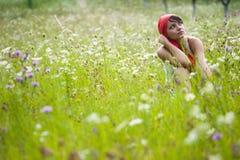 Jonge Vrouw in Weide Stock Foto