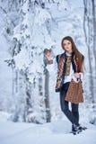 Jonge vrouw in witte geborduurde blouse en multicolored vest in openlucht op zonnige de winterdag stock afbeelding