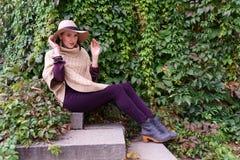 Jonge vrouw in witte hoed Royalty-vrije Stock Afbeelding