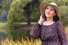 Jonge vrouw in witte hoed Royalty-vrije Stock Fotografie