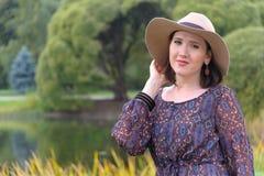 Jonge vrouw in witte hoed Royalty-vrije Stock Afbeeldingen