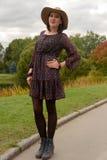 Jonge vrouw in witte hoed Stock Afbeelding