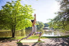 Jonge vrouw in witte hoogste het praktizeren yoga in mooie aard royalty-vrije stock foto