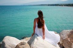 Jonge vrouw in witte kleding stock foto's