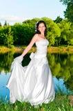 Jonge vrouw in witte kleding Stock Afbeeldingen