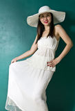 Jonge vrouw in witte kleding Royalty-vrije Stock Foto's