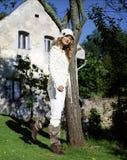 Jonge vrouw in witte kleren in openlucht royalty-vrije stock afbeelding