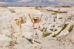 Jonge vrouw in witte kostuum en hoed Royalty-vrije Stock Foto