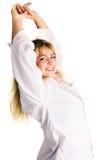Jonge vrouw in witte overhemdsontwaken met een glimlach Stock Afbeeldingen