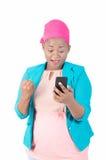 Jonge vrouw zeer gelukkig om goed nieuws op haar smartphone te ontdekken Stock Fotografie