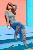 Jonge vrouw in zonnebril Stock Foto's