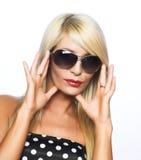 Jonge vrouw in zonnebril Royalty-vrije Stock Foto's