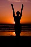 Jonge Vrouw in zonsondergang stock foto's
