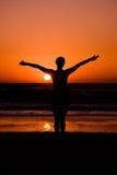 Jonge Vrouw in zonsondergang royalty-vrije stock foto's