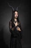 Jonge vrouw in zwart fantasiekostuum Stock Afbeelding
