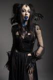 Jonge vrouw in zwart fantasiekostuum Royalty-vrije Stock Foto's