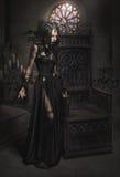Jonge vrouw in zwart fantasiekostuum met veren Royalty-vrije Stock Fotografie