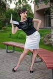 Jonge vrouw in zwart-wit kostuum met laptop Stock Fotografie