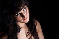 Jonge vrouw in zwarte hoed met netto Stock Afbeelding