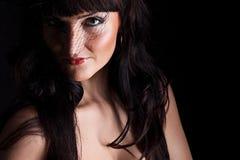 Jonge vrouw in zwarte hoed met netto Stock Afbeeldingen