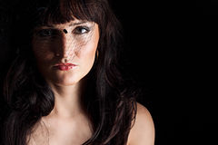 Jonge vrouw in zwarte hoed met netto Stock Foto's