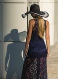 Jonge vrouw in zwarte kantkleding en hoed met een brede rand royalty-vrije stock foto's