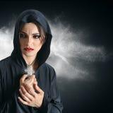 Jonge vrouw in zwarte kap met kruis Royalty-vrije Stock Afbeelding