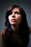 Jonge vrouw in zwarte kleding Stock Foto