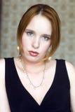 Jonge vrouw in zwarte kleding Royalty-vrije Stock Afbeeldingen