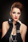 Jonge vrouw in zwarte kleding en handschoenen Royalty-vrije Stock Afbeeldingen