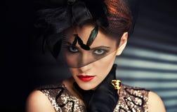 Jonge vrouw in zwarte kleding en handschoenen Royalty-vrije Stock Foto