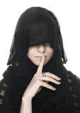 Jonge vrouw in zwarte sjaal stock afbeelding