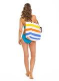 Vrouw in zwempak met strandzak die rechtstreeks gaan royalty-vrije stock foto's