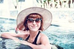 Jonge vrouw in zwempak in zwembad in schitterende toevlucht, luxevilla, het tropische eiland van Bali, Indonesië Royalty-vrije Stock Fotografie