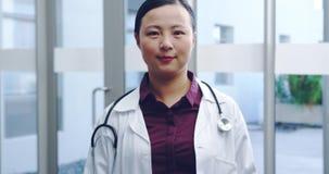 Jonge vrouwelijke arts die aan camera 4k glimlachen stock footage