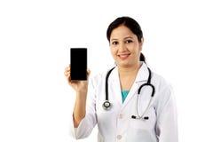 Jonge vrouwelijke arts die mobiele telefoon tonen Stock Afbeeldingen