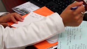 Jonge vrouwelijke arts die nota's nemen stock videobeelden