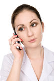Jonge vrouwelijke arts die op de telefoon spreekt Royalty-vrije Stock Foto's