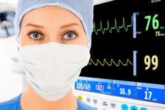 Jonge vrouwelijke arts in ICU Royalty-vrije Stock Afbeelding