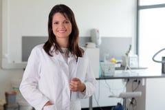 Jonge vrouwelijke arts in laboratoriummilieu Stock Foto
