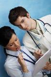 Jonge vrouwelijke arts met medewerker Stock Foto