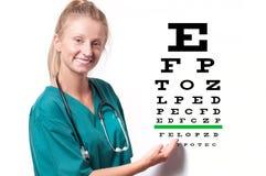 Jonge vrouwelijke arts op de grafiekachtergrond van de zichttest stock afbeeldingen