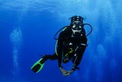 Jonge vrouwelijke Aziatische scuba-duiker royalty-vrije stock fotografie