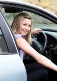 Jonge vrouwelijke bestuurder bij het wiel Stock Afbeeldingen