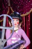 Jonge Vrouwelijke Clown die in Helm Groot Geweer streven Stock Fotografie